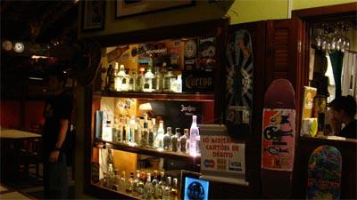 Decoração latina, skate, surf e drinks.